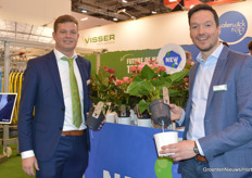 Dennis Tuk and Stijn de Hoorn (Visser Horti Systems) with Water-Wick. https://www.bpnieuws.nl/article/9184631/tot-15-efficientere-groei-met-water-wick/