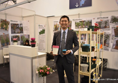 Kazuta Aoyama of Kaneya presenting the new decorative pot which is available in any color. The grower can put the plant directly in this pot and there is also space for a wick, to water the plant.