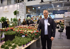 Klaus René Hansen of Gartneriet Brolykke next to the iQRose series that they created with Graff Breeding. New in the series is Isabella, a 2 colored rose (white on one side and red on the other). They started only about 3 years ago and their iQRose varieties are being sold all over the world already.
