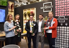 The team of Verdissimo presenting their new preserved gerberas that are available on stem and as flower head. Besides that, they recently launched a DIY package and video for the end consumer. With this package, the end consumer can easily assemble their own preserved flower.