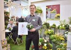 Alexander Kientzler of Kientzler presenting Fruhlingsflirs and the award it won at the Novelty awards. It is a vegetative white flowering with pink eye plant. This year during the FlowerTrials, this German breeder and propagator will be presenting its novelties in the Netherlands at FN Kempen in Mijdrecht instead of Germany.