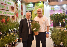"Luca Quilic of Flora Toscana, a cooperative in the Italian horticultural sector, with Adrian Parsons of Helix Waxflower, a Australian wax flower breeding company. Parsons is holding a relatively new variety named Moonlight Delight (Chameloucium uncinatum) that is grown in Italy and Spain. ""It is a variety with big white flowers and one of the most trendy we have now in the EU"", says Quilic."
