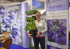Sharon Lowndes with Agapanthus Poppin Purple. Plantipp, their agent, won the novelty award.