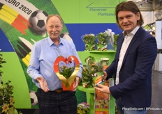 Gert Jan of Klavervier PlantSales together with grower Jan Pieter of Amarantis. Gert Jan is holding the Kalanchoë in a Valentine packaging and Jan Pieter shows his Orange Kalanchoë with a new Packaging for the upcoming Europian football cup.