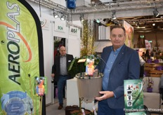 Jos Wenneker from Aeroplas with the new Retropots and the matching label plugs. With the Retropots Aeroplas wants to contribute to a 100% recyclable and circular plastic flow.