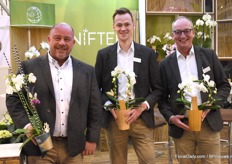 The guys from Van Nifterik Jeroen Dunant, Johan van Eckeveld and Rene Ratterman showed their newest concept. With this new concept they want to give customers added value to their product by decorating it with dried flowers.