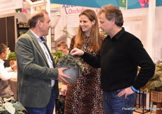 At Smit Kwekerijen, Obed and Annnemieke (left) show a novelty to Ruud Olsthoorn of Brand of Plants.