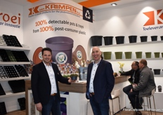 Frans Jan van den Berge and Ruud van Buggenum with a new product from Van Krimpen. The disk-like pot is suitable for succulents and other low-growing products.