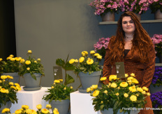 Vivianne de Bruin from MNP Flowers with the 'dried flower' plant. It is a special flower which for now is only available in yellow, but a pink one is on the way.