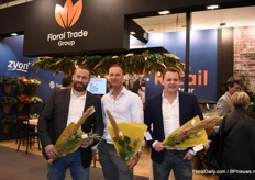 At the Floral Trade Group guests were given a nice bouquet to take home with them. Nino Cossen van Van der Plas, Robert Sprengers of Floral Trade Group and Thom van der Ende of Colorful Seasons helped handing them out.