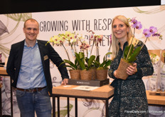 Luke Zuijderwijk and Larissa van Dorst with the new concept of Stolk Flora - Your Natural Orchid. With the Kokodama pot, the concept is completely plastic and chemistry free.