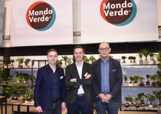 Kees and Frans Bakker of Mondo Verde together with a customer. Among others, Kees and Frans presented a child friendly cactus without needles.