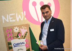 "Robert Verbruggen of Chrysal with the new sachets. ""Something for everyone"", Robert says. The sachets can be disposed of with paper, recycled plastic or in the green bin."