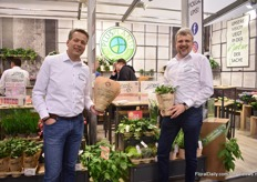Rupert Fey of PlusPlants and Peter Aldenhoff of Aldenhoff GmbH presenting their new product design Zero. This concept contains 15 products that are produced without chemical crop protection products, in 100% recycled pots with less peat in the substrate. On top of that, they are being delivered in a paper sleeve and eco-tray.